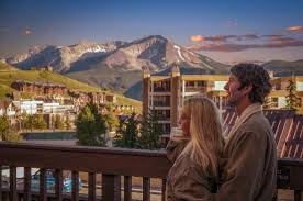 a couple enjoy view of mounta crested butte
